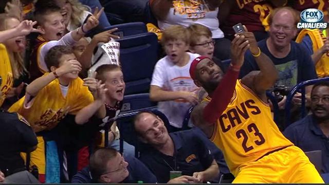 Quand LeBron James prend un selfie en plein match