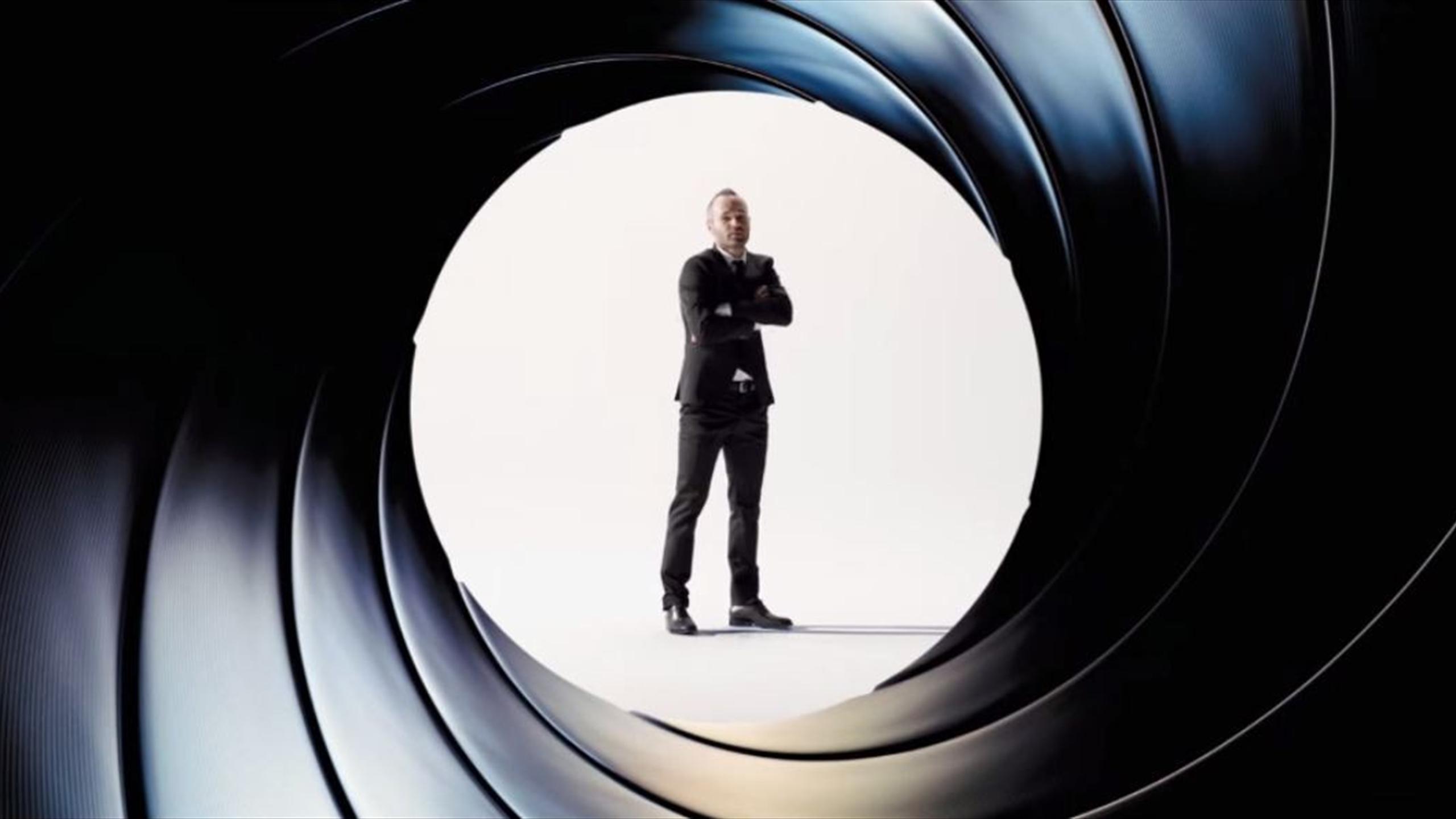 Andrés Iniesta en mode James Bond pour promouvoir Spectre.