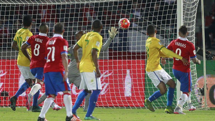 Eduardo Vargas a marqué pour le Chili face au Brésil - 2015
