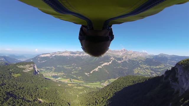 Сумасшедший парень пролетел над ущельем в Германии в костюме с крыльями