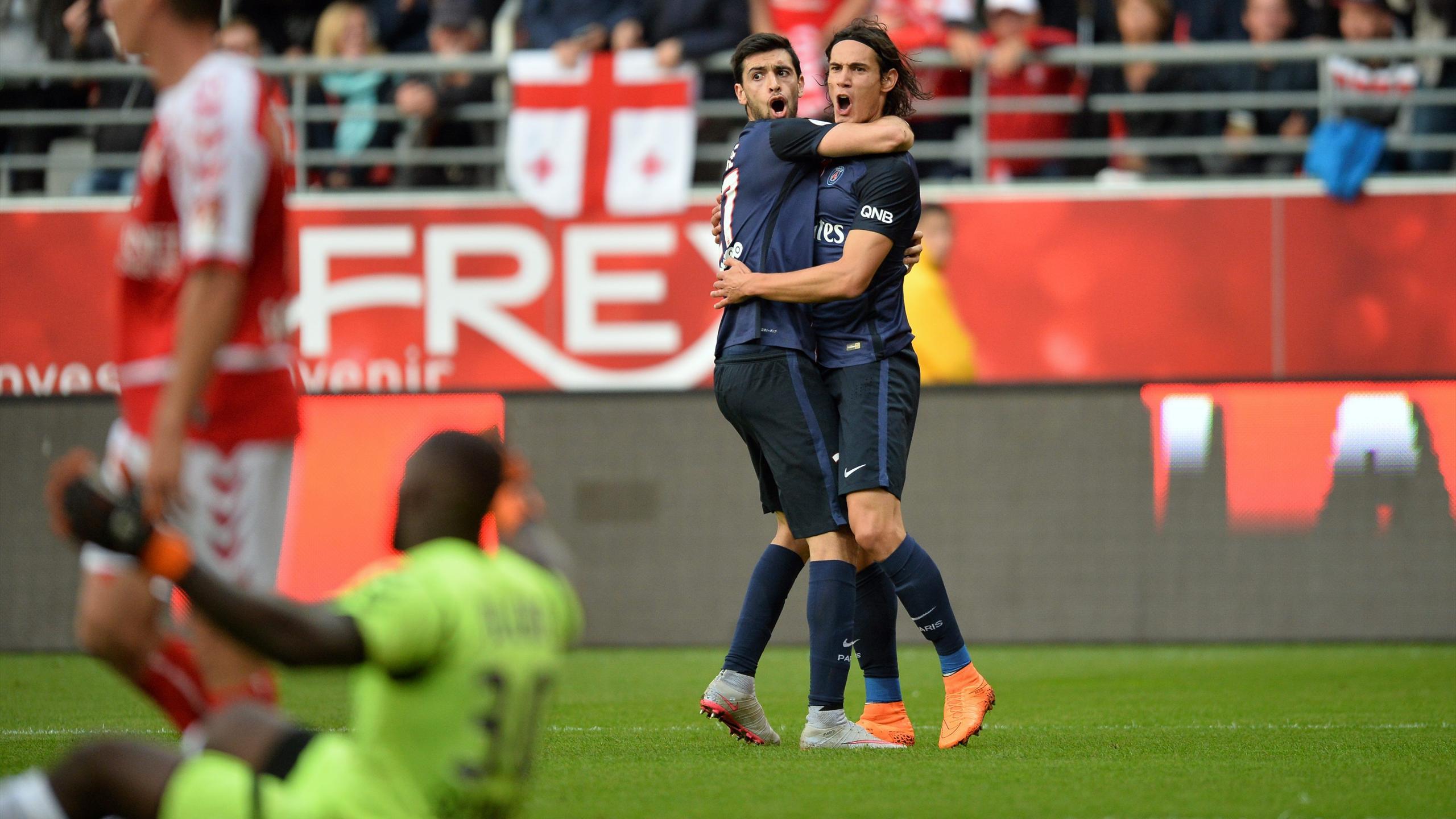 Javier Pastore félicite Edinson Cavani, buteur lors de Reims-PSG