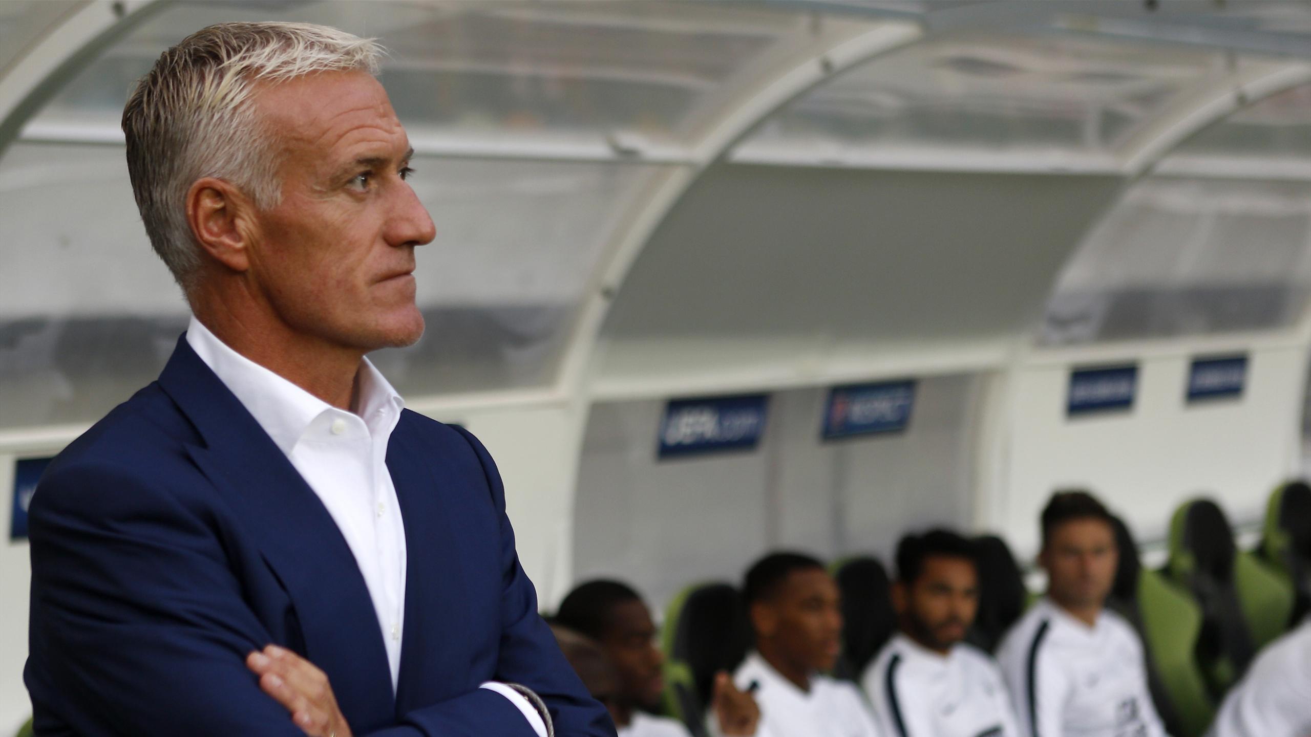 Didier Deschamps devant le banc de l'équipe de France