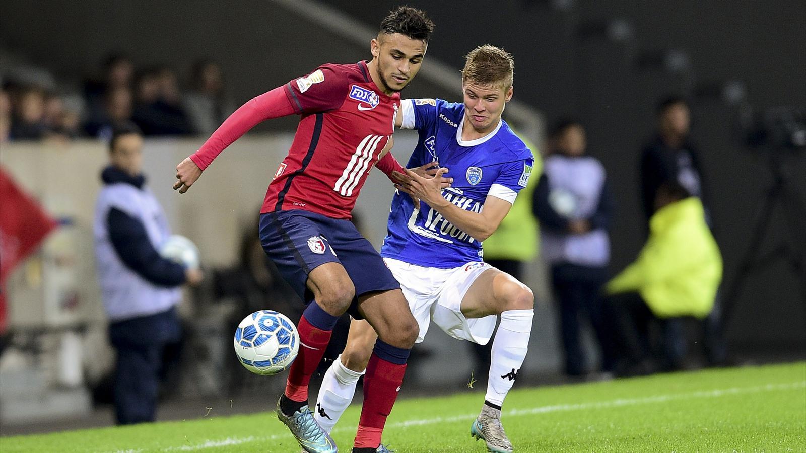 Sofiane Boufal au duel avec Alois Confais lors de Lille-Troyes (Coupe de la Ligue)