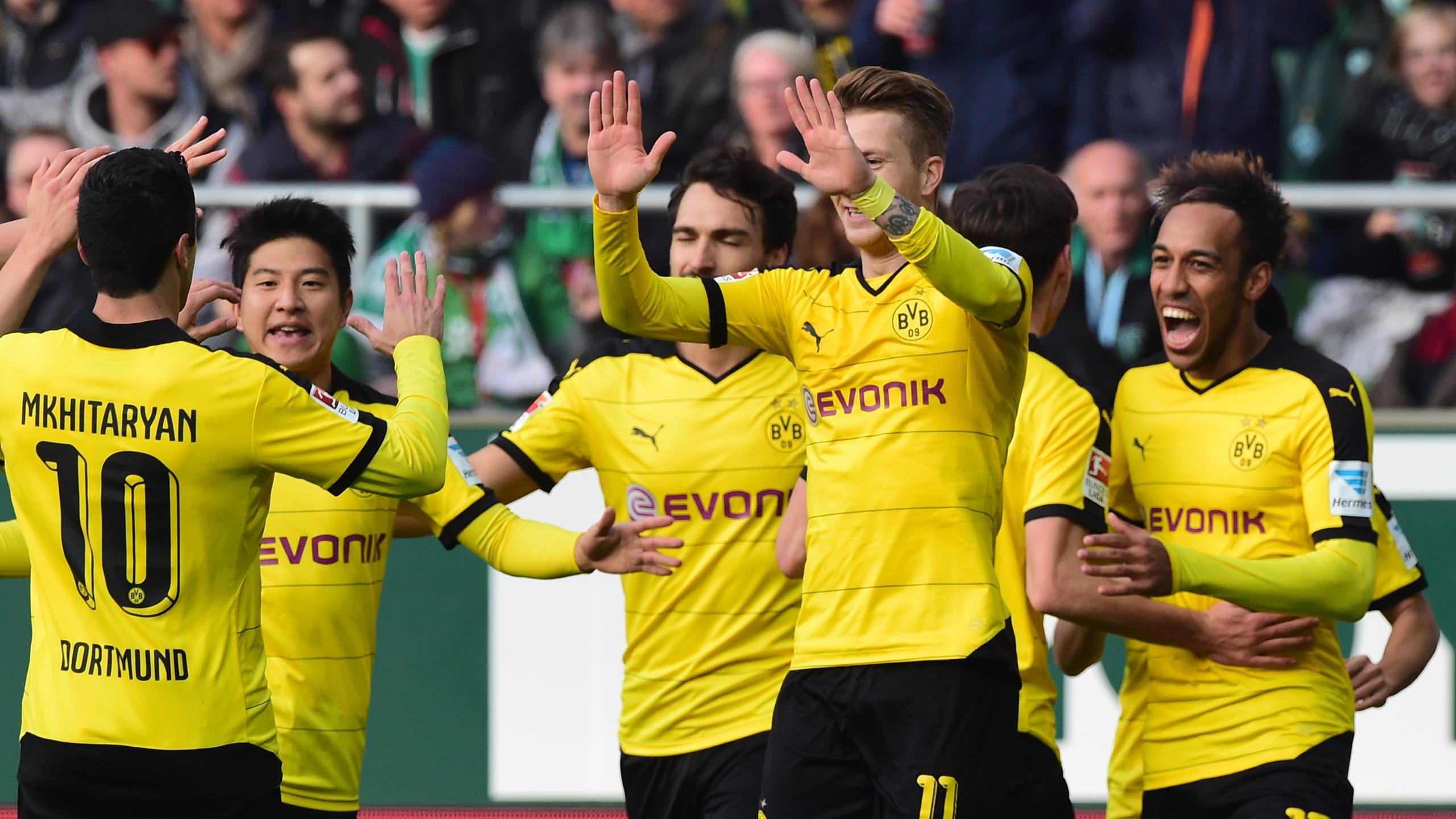 Marco Reus et Henrikh Mkhitaryan se congratulent lors de Dortmund-Brême