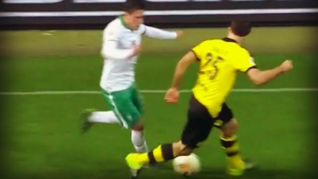 Sokratis (Dortmund) prend 3 petits ponts sur la même action en 15 secondes