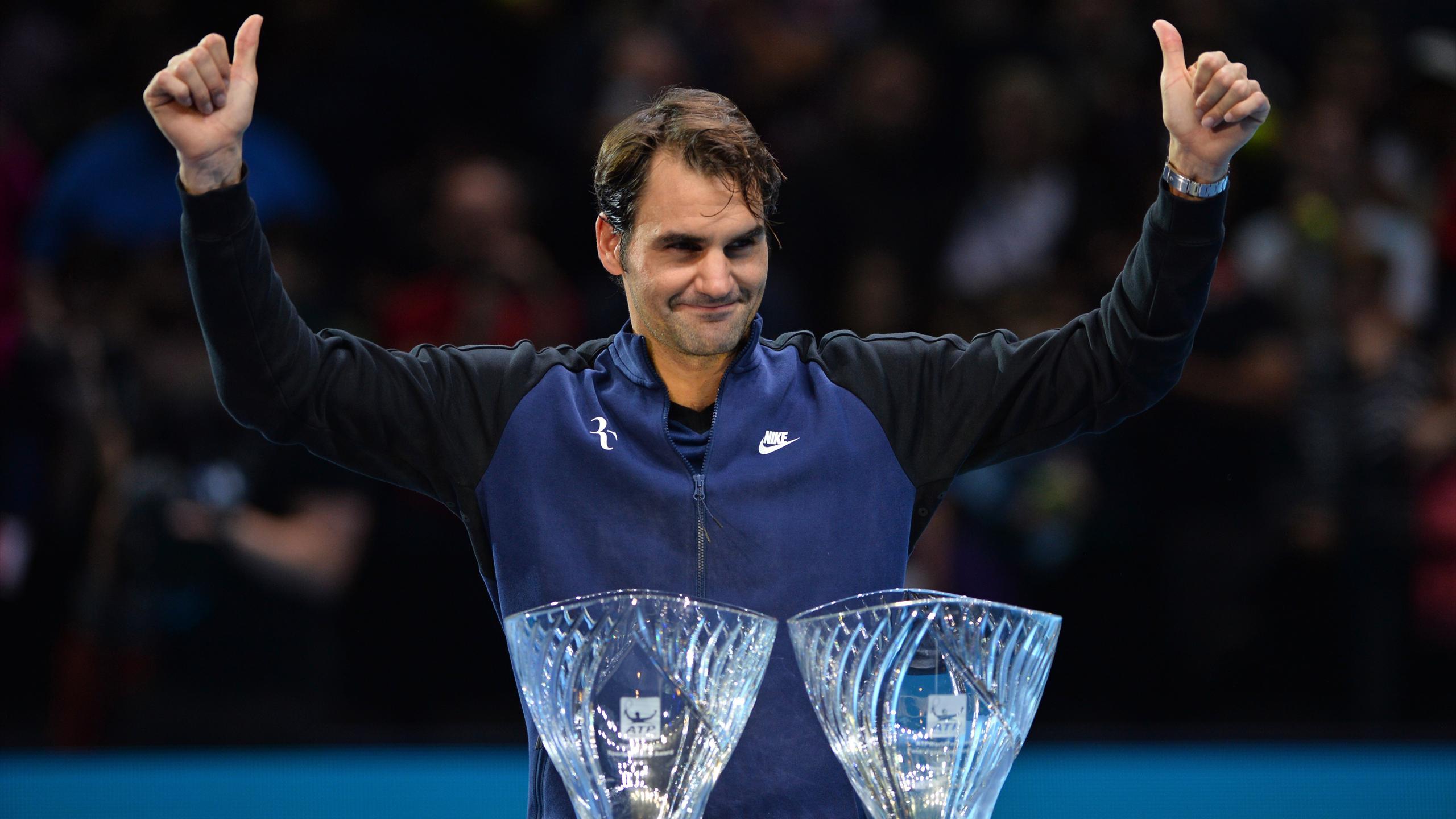 Roger Federer reçoit le trophée de joueur préféré des fans et de joueur le plus fair play, à Londres
