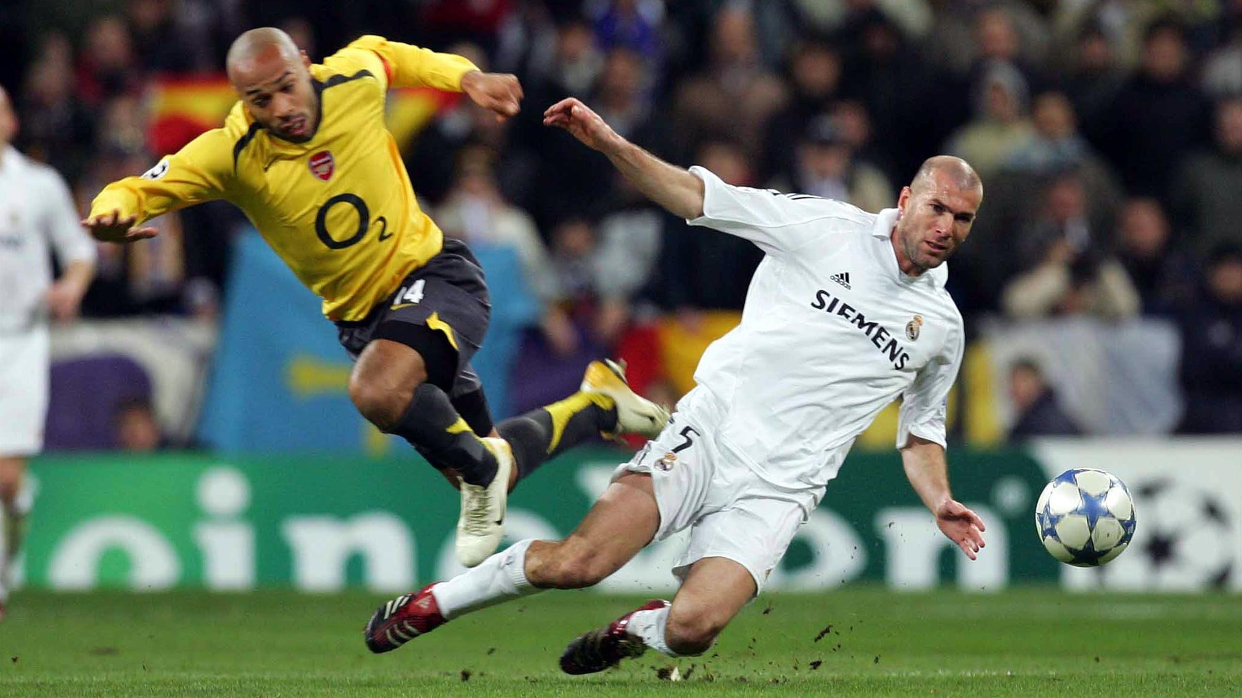 Thierry Henry et Zinédine lors d'un match de Ligue des champions entre le Real Madrid et Arsenal en février 2006.