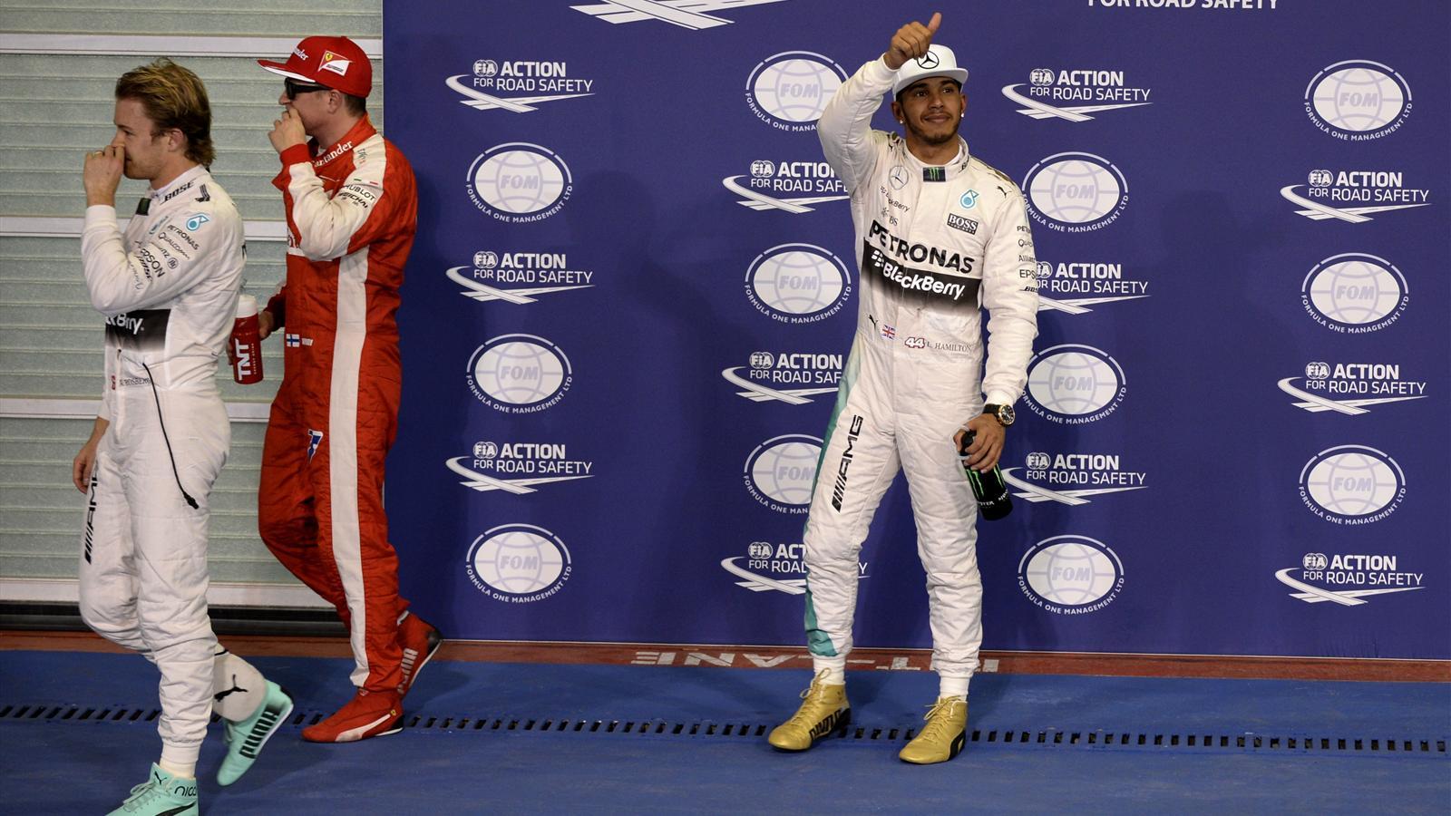 Lewis Hamilton (Mercedes) salue le public après la qualification du Grand Prix d'Abou Dabi 2015