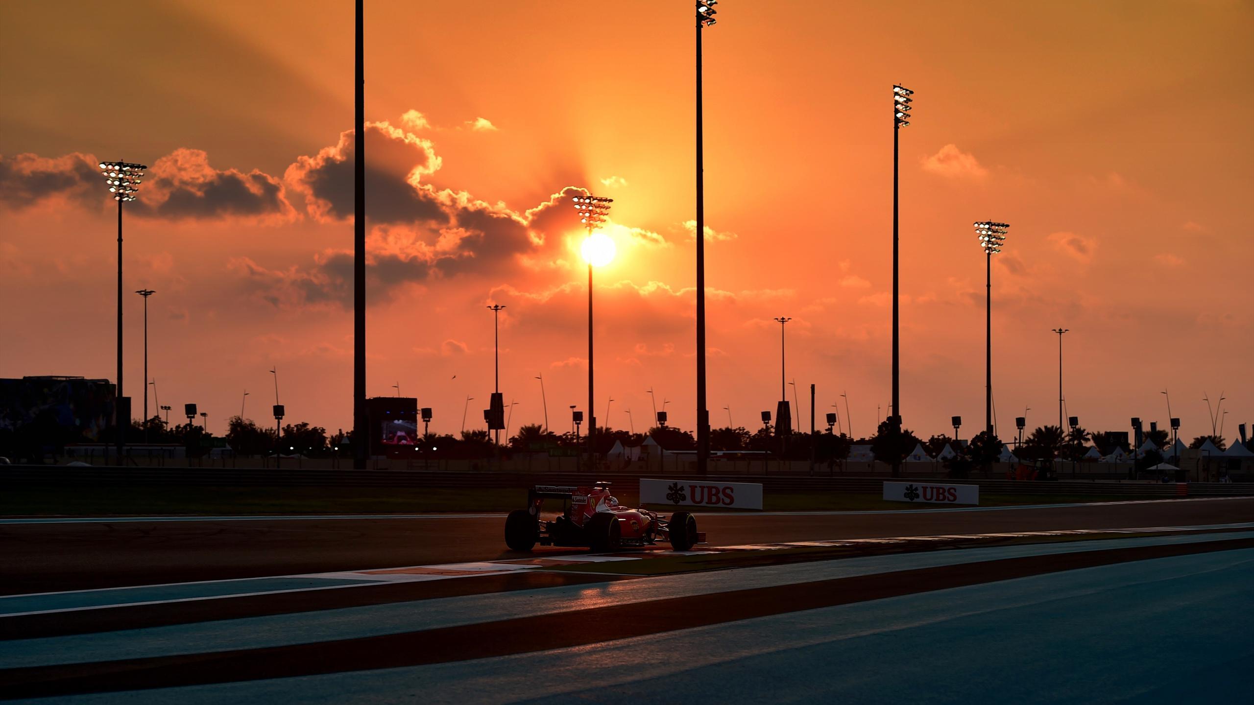 Kimi Raïkkönen (Ferrari) durant la nuit tombante lors des essais libres du Grand Prix d'Abou Dabi