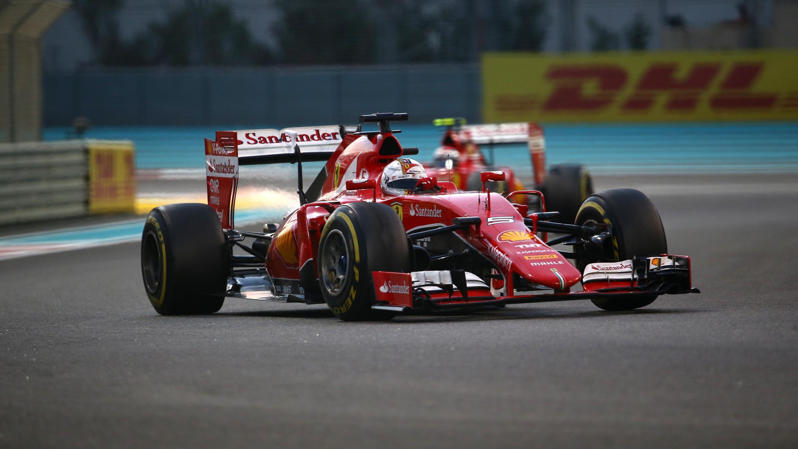 Sebastian Vettel (Ferrari) devant son coéquipier Kimi Raïkkönen durant le Grand Prix d'Abou Dabi 2015