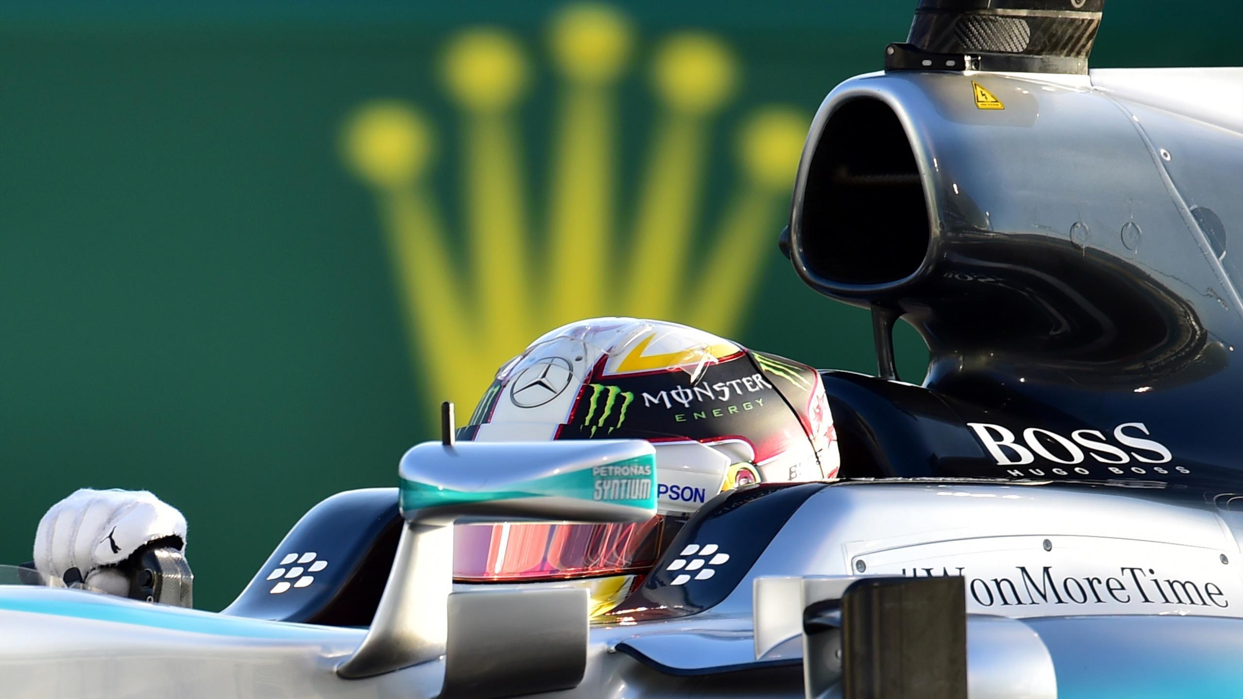 Mercedes AMG Petronas F1 Team's British driver Lewis Hamilton races during the Abu Dhabi Formula One Grand Prix at the Yas Marina circuit on November 29, 2015.