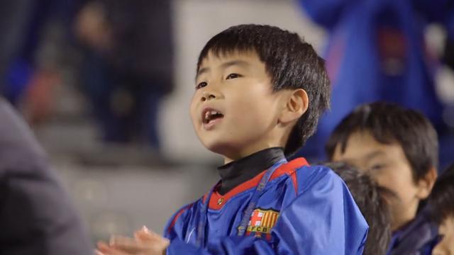 Un petit Japonais fait le show en chantant l'hymne du Barça à l'entraînement des Catalans