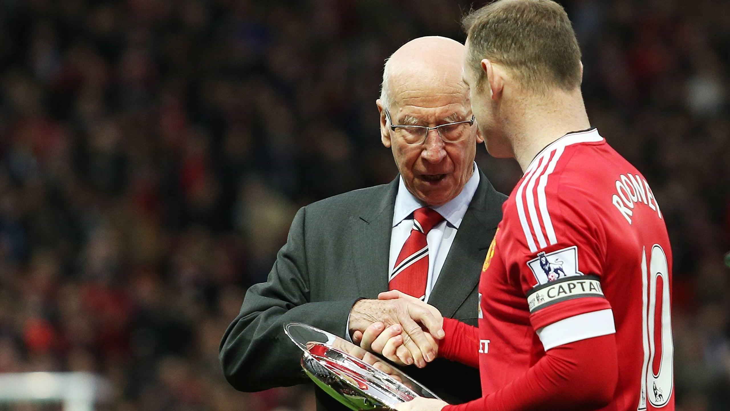 Уэйн Руни получает награду из рук Бобби Чарльтона за 500-й матч в составе «Манчестер Юнайтед»