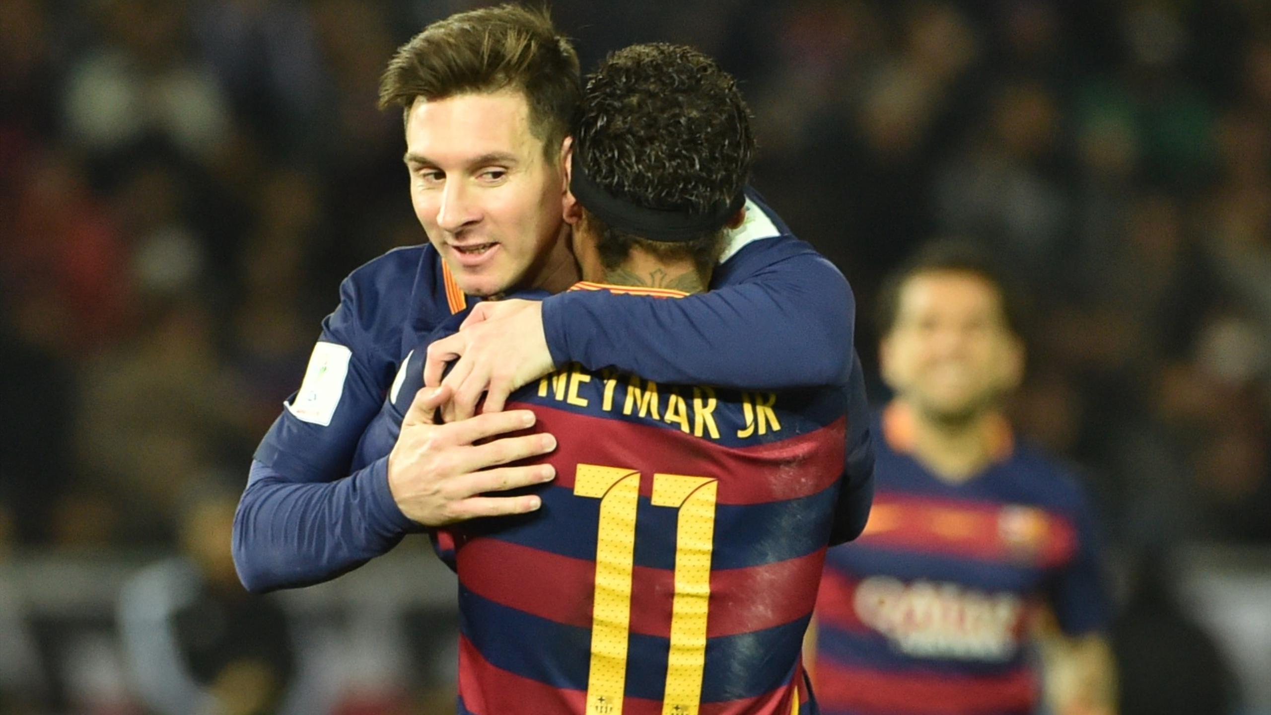 Neymar félicite Lionel Messi (FC Barcelone) après l'ouverture du score en finale de la Coupe du monde des clubs