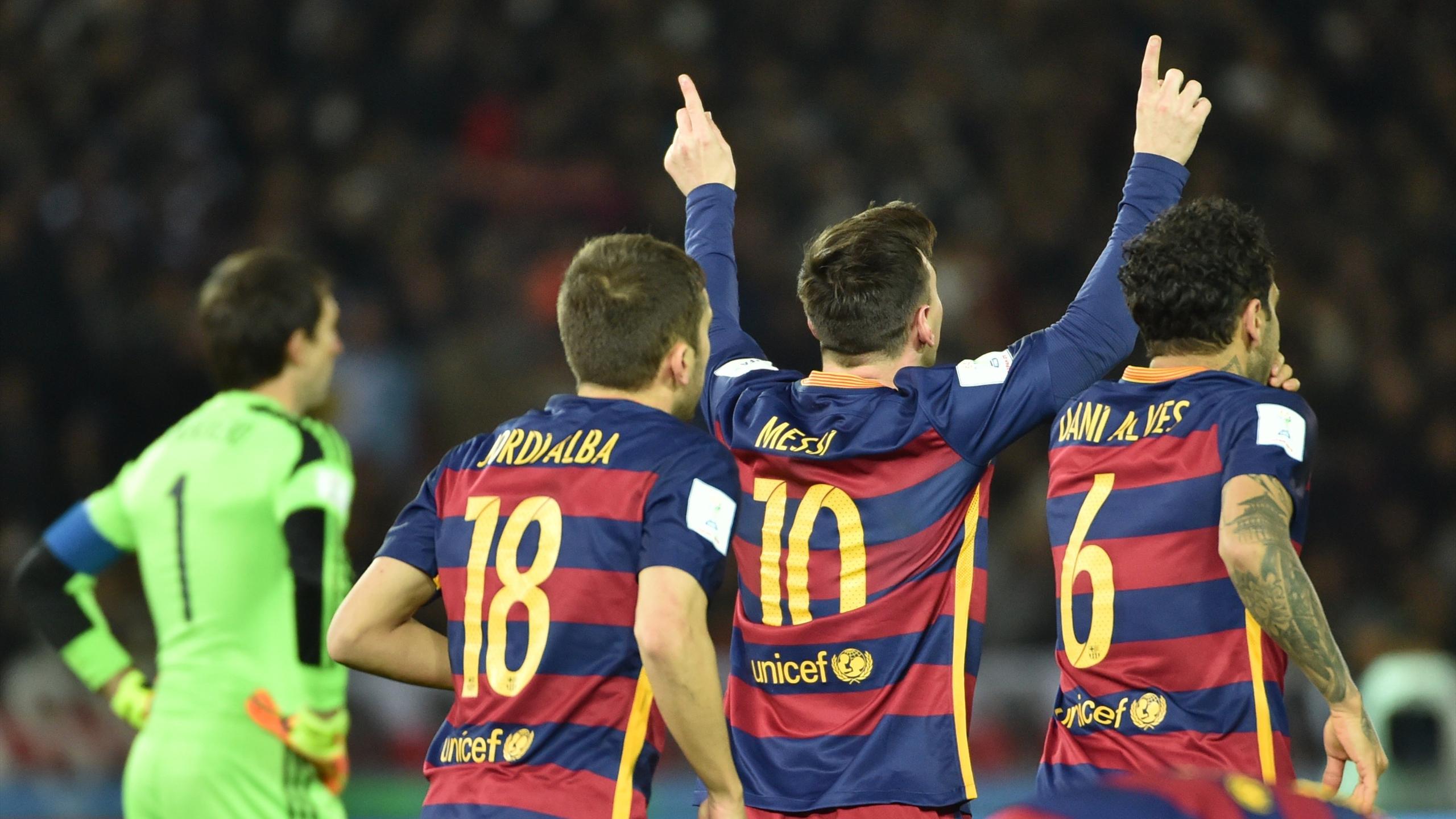 Lionel Messi (FC Barcelone) accompagné par Jordi Alba et Dani Alves