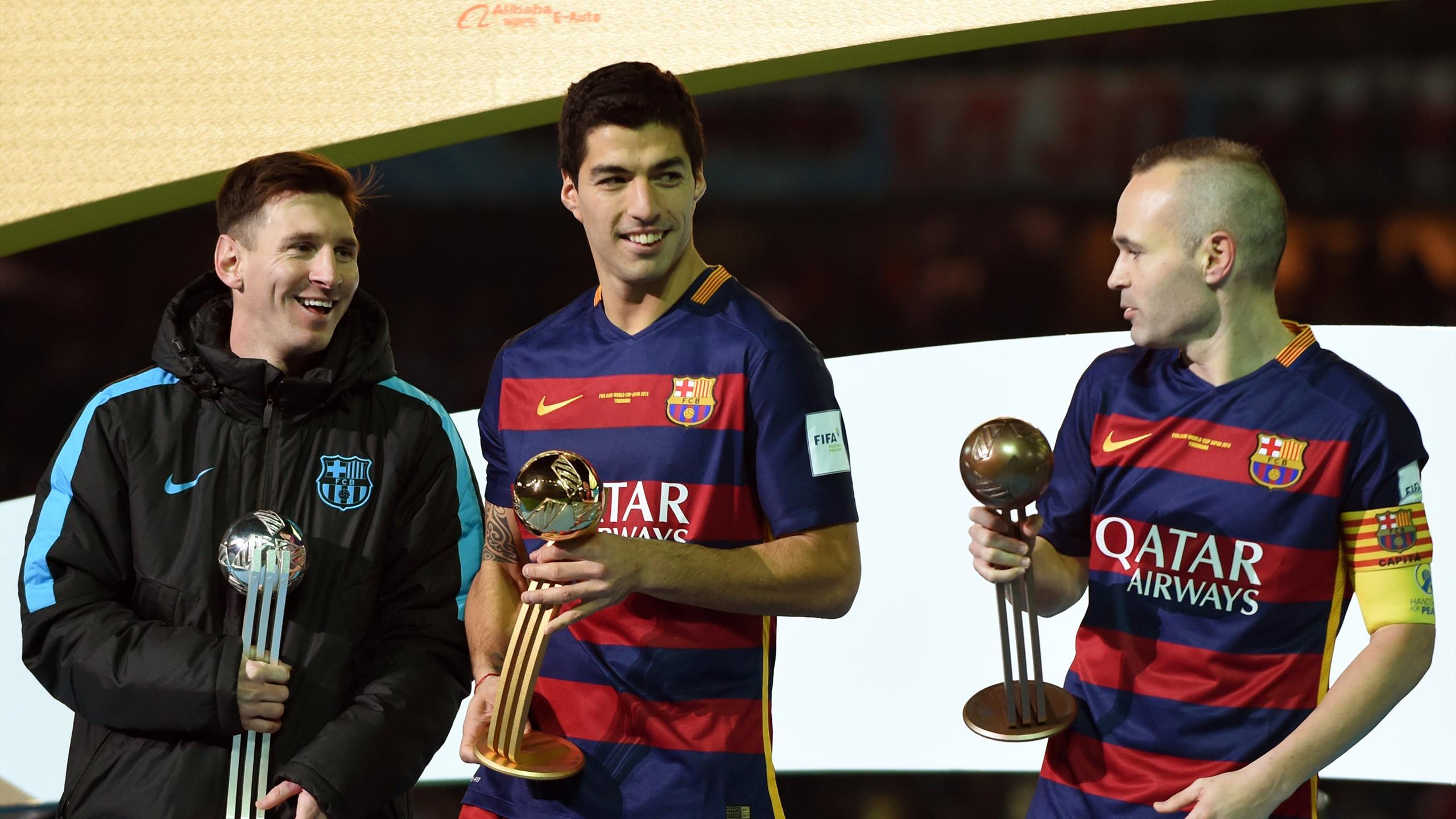 Luis Suarez, meilleur joueur de la Coupe du monde des clubs devant ses équipiers du FC Barcelone Lionel Messi et Andres Iniesta