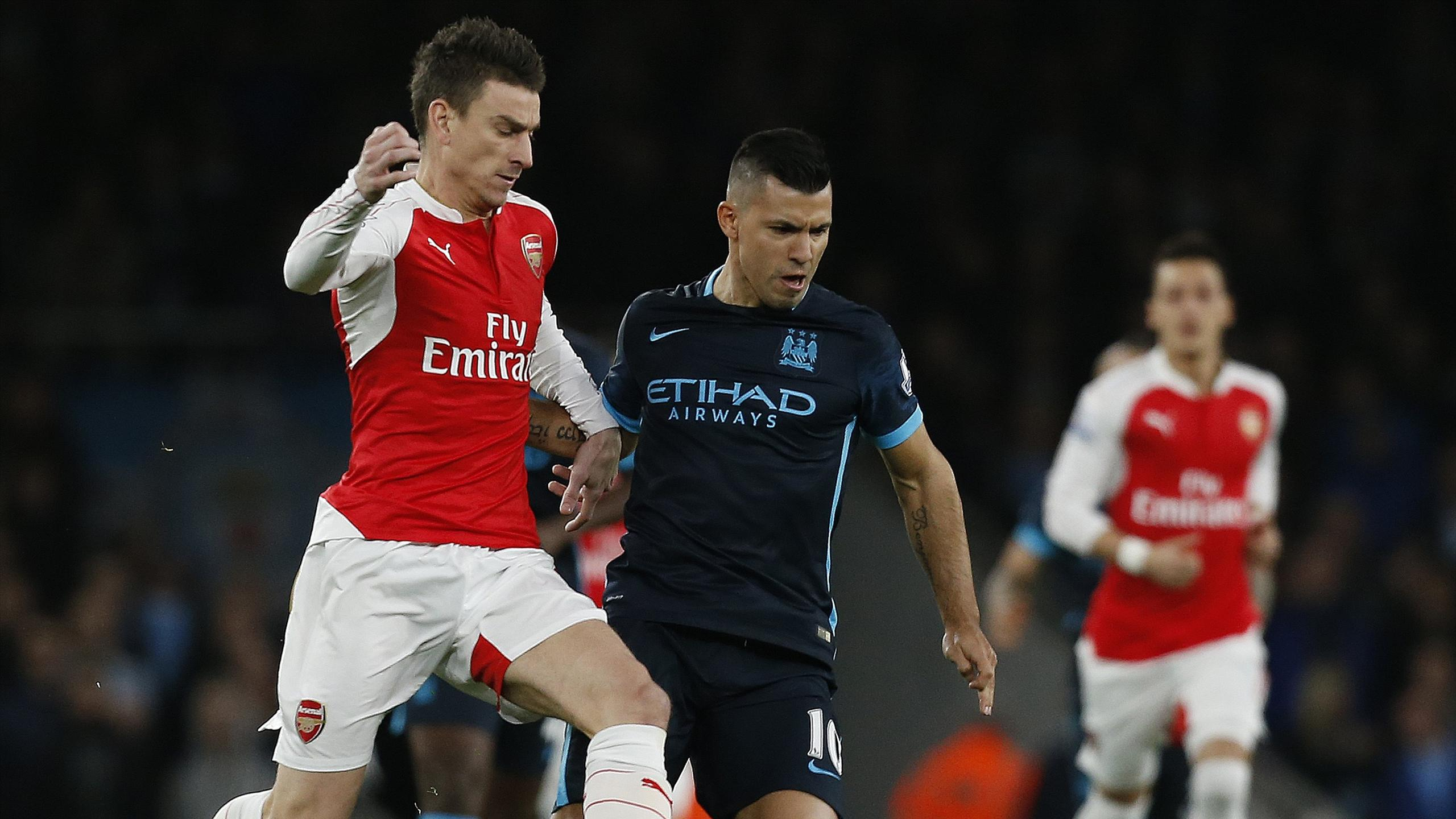 Laurent Koscielny (Arsenal) et Sergio Agüero (Manchester City) au duel