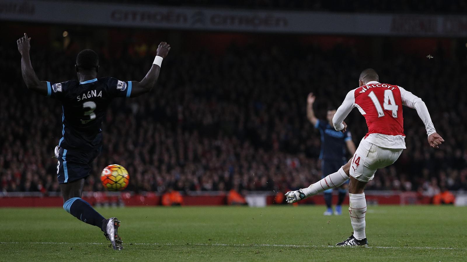 Bacary Sagna est impuissant devatn Theo Walcott, buteur pour Arsenal contre Manchester City