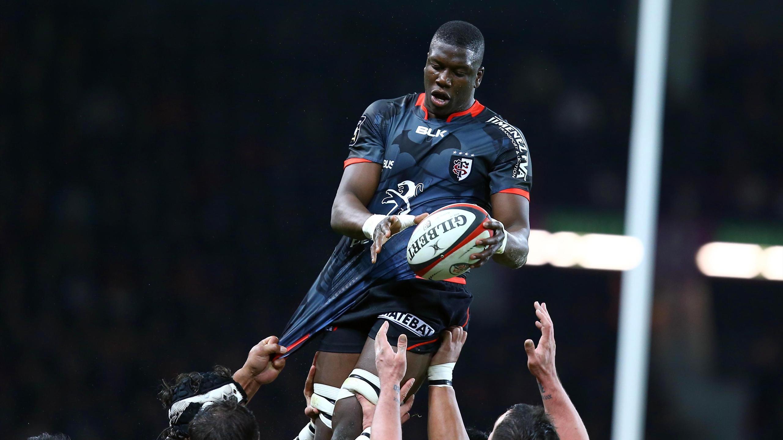 Yacouba Camara capte un ballon en touche lors de Toulouse - Toulon