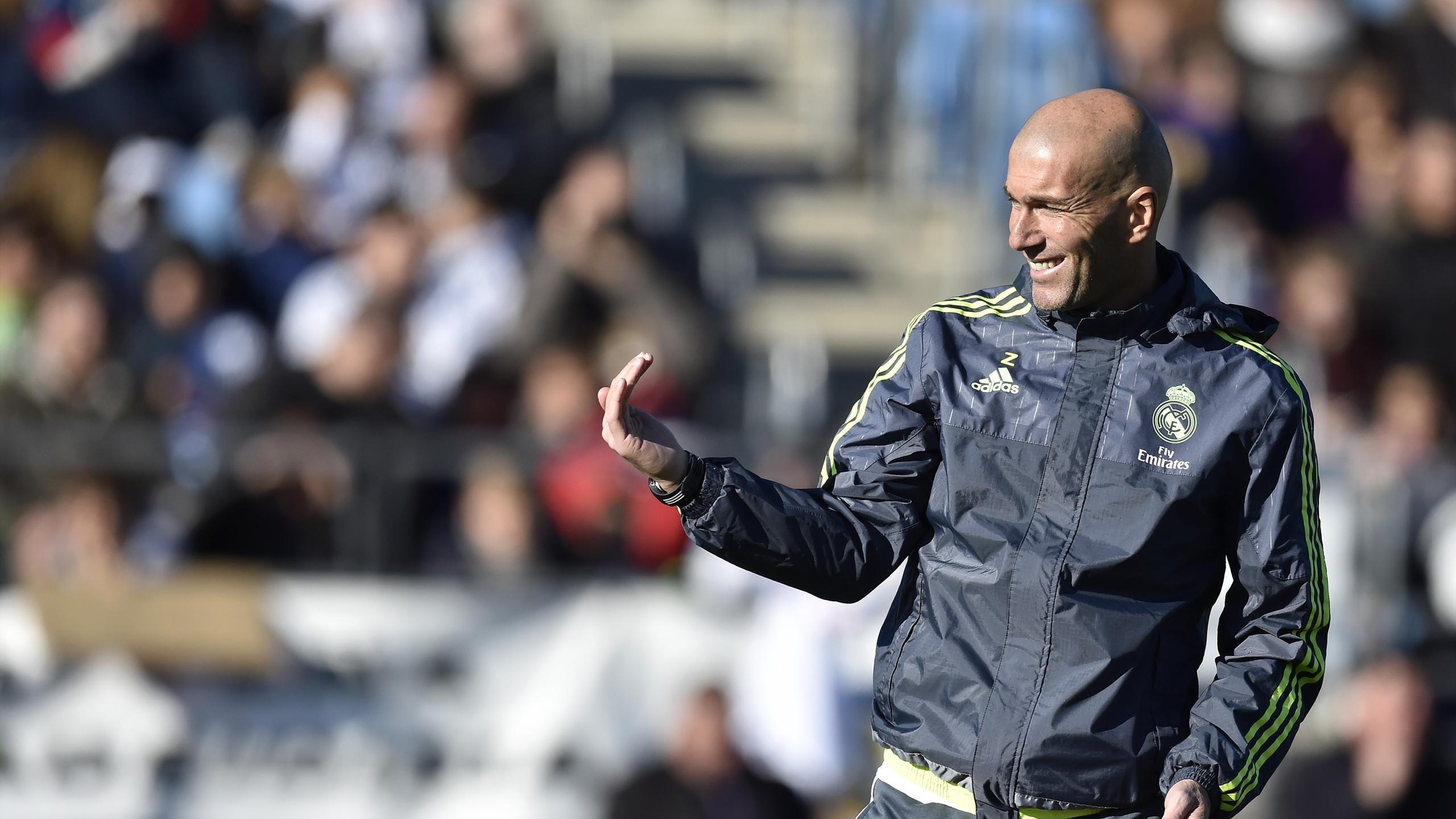 Zinedine Zidane durant son premier entraînement à la tête du Real Madrid