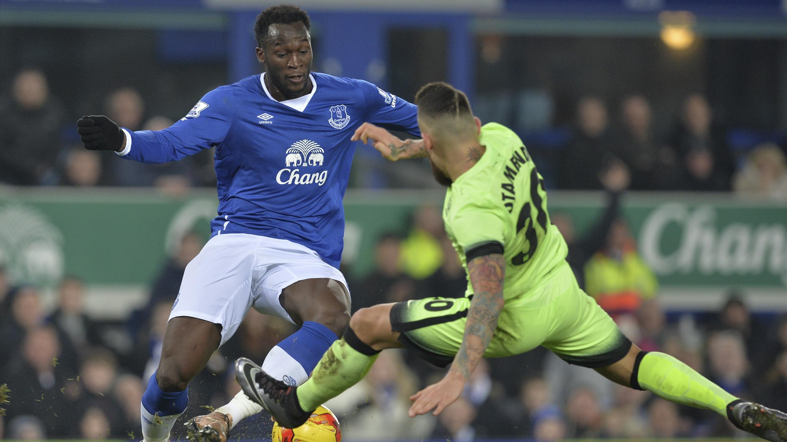 Romelu Lukaku (Everton) face à Nicolas Otamendi (Manchester City), mercredi 6 janvier 2016 en demi-finale aller de la League Cup