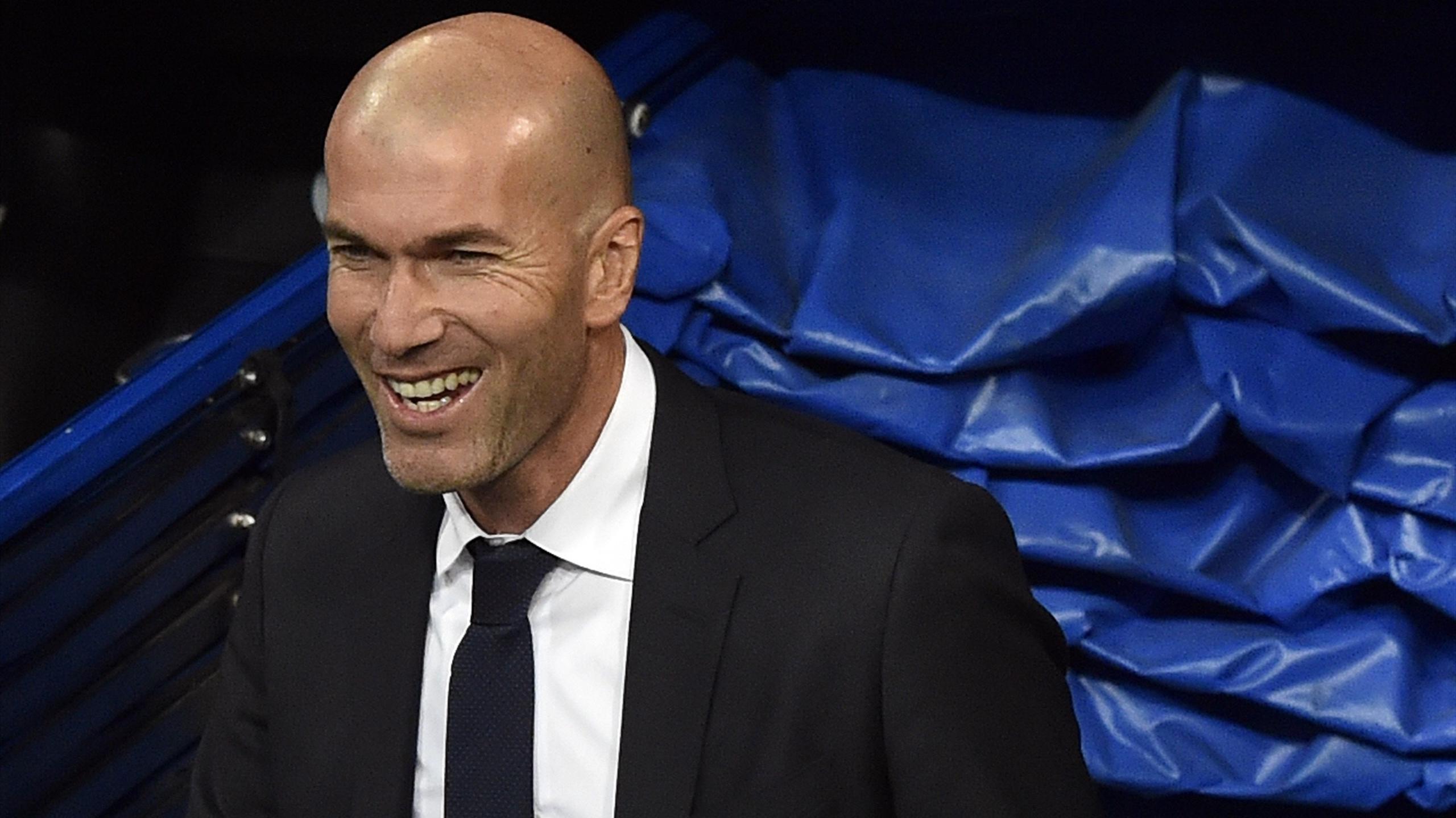 Zinédine Zidane, à sa sortie du tunnel de Santiago-Bernabeu pour sa première sur le banc du Real