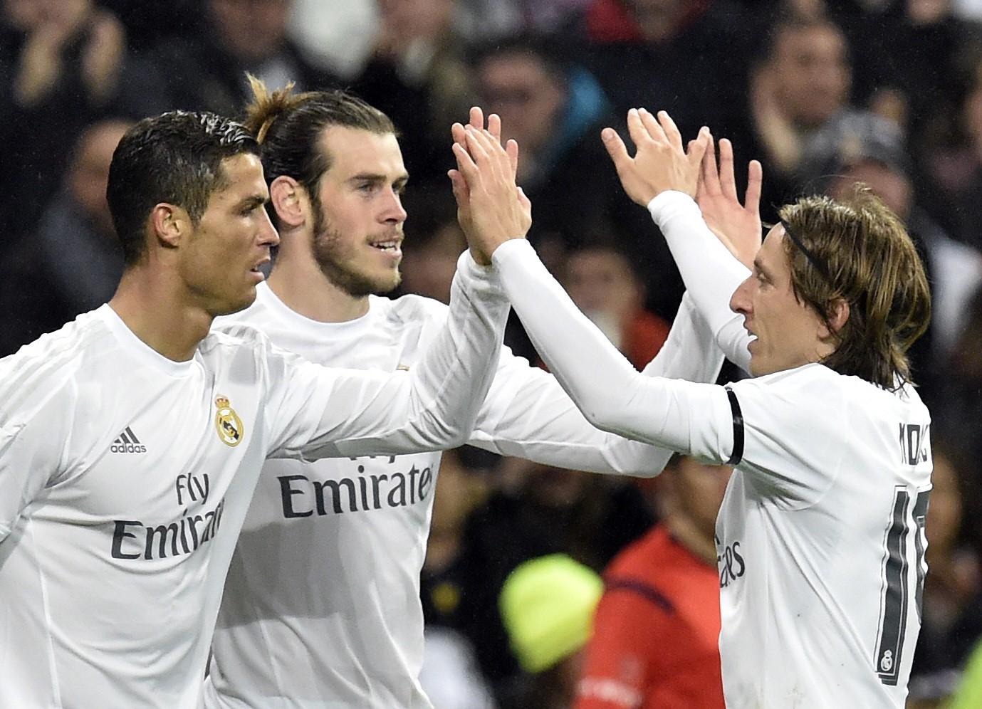 Cristiano Ronaldo und Luka Modric beglückwünschen Gareth Bale