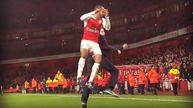 Quand Walcott célèbre la victoire d'Arsenal avec un supporter