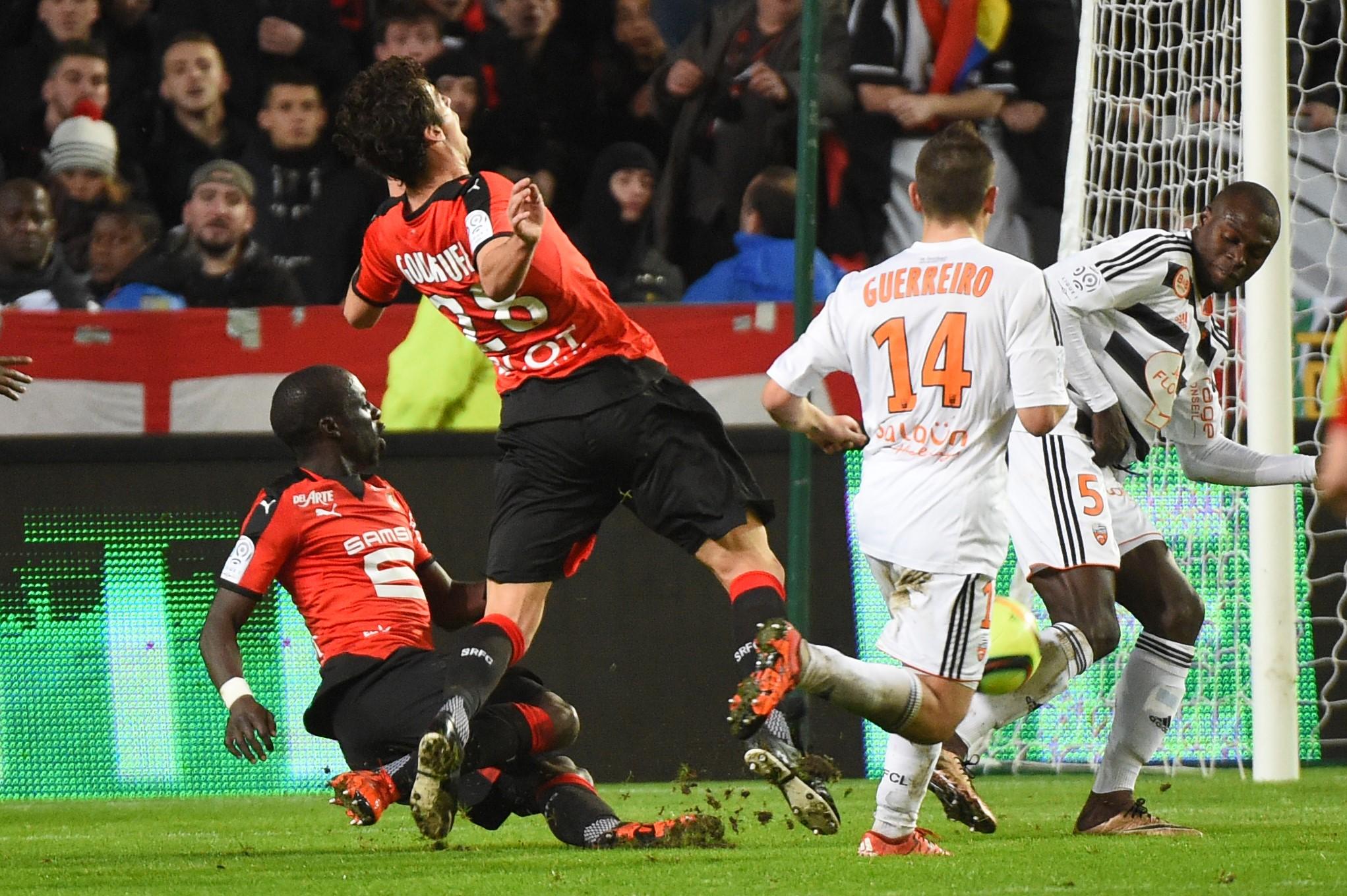 Yoann Gourcuff fauché par son coéquipier Mbengue face à Lorient