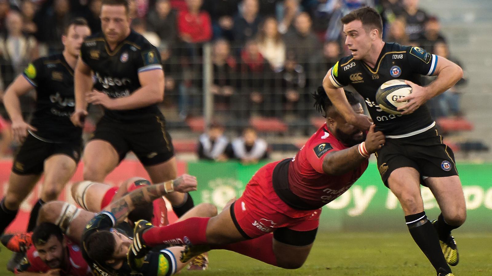 George Ford (Bath) tente d'échapper à Mathieu Bastaraud (Toulon)