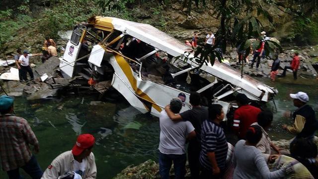 В Мексике автобус с футболистами упал в реку, погибли 16 человек