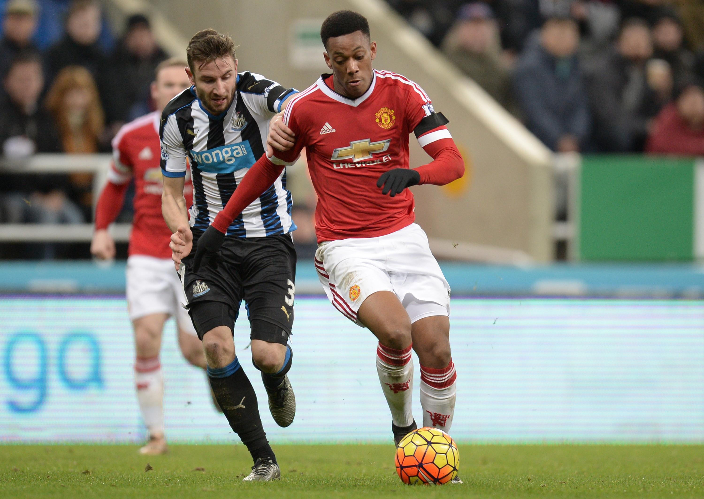 Anthony Martial (Manchester United) à la lutte avec Paul Dummett (Newcastle)