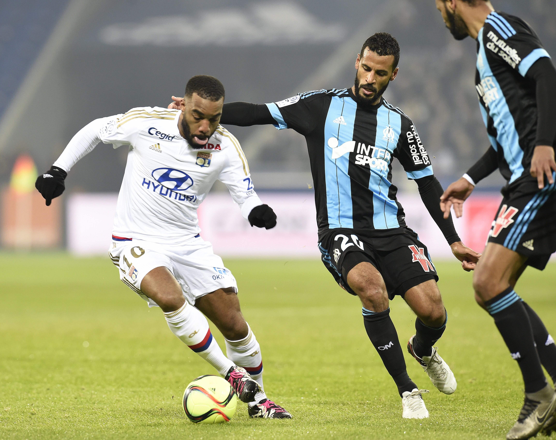 Alexandre Lacazette (Lyon) face à Alaixys Romao (Marseille), dimanche 24 janvier 2016
