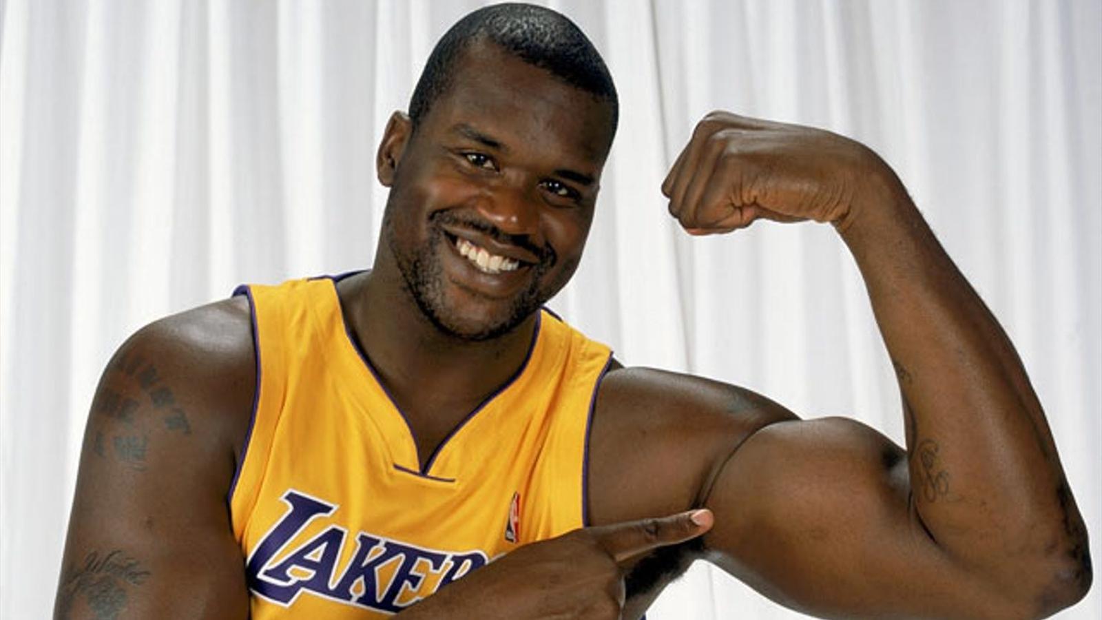 Миниатюрная репортёрша сравнила свою руку с рукой баскетболиста nba
