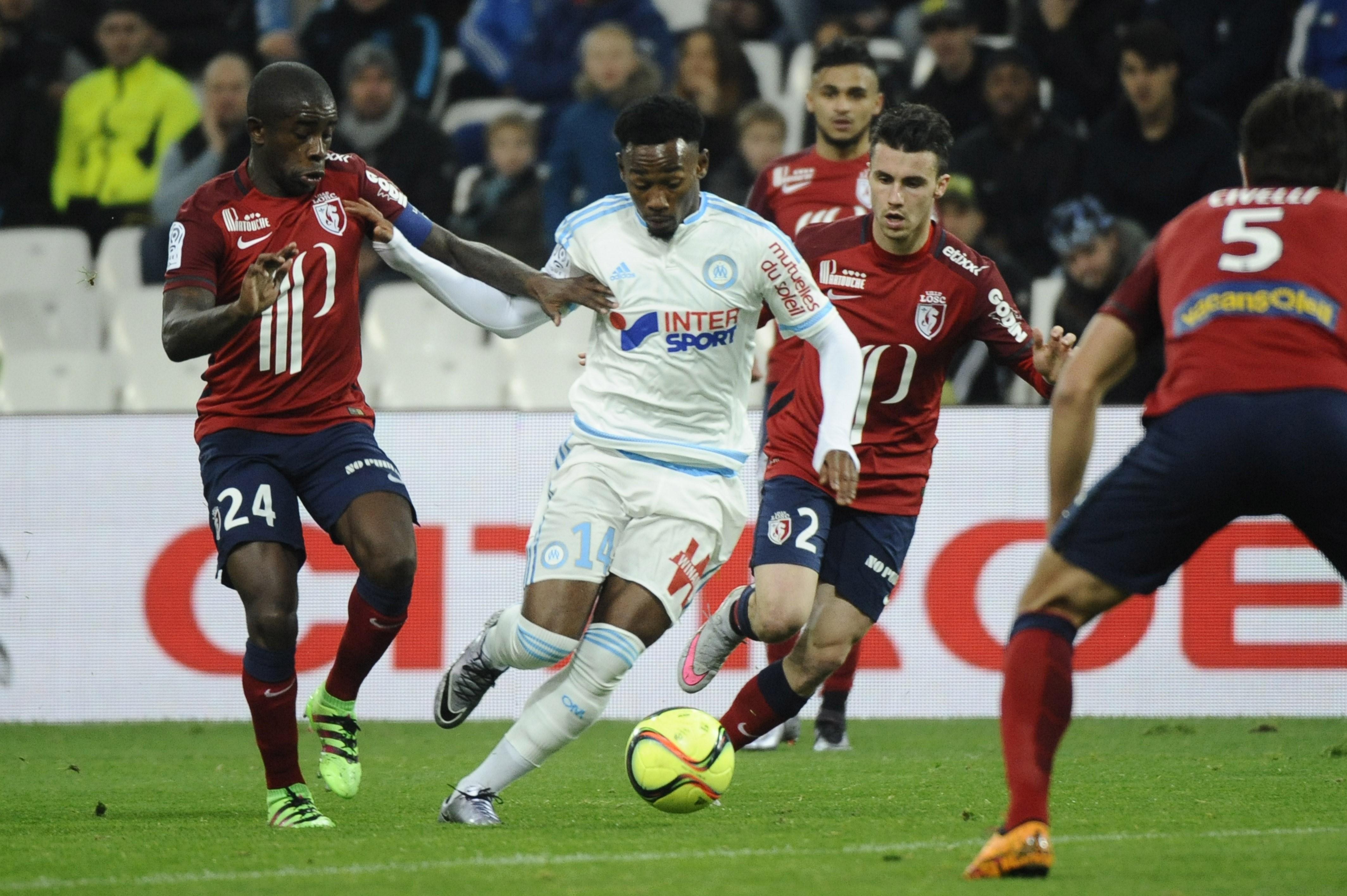 Georges-Kevin Nkoudou (Marseille) au duel avec Rio Mavuba et Sébastien Corchia (Lille), vendredi 29 janvier 2016
