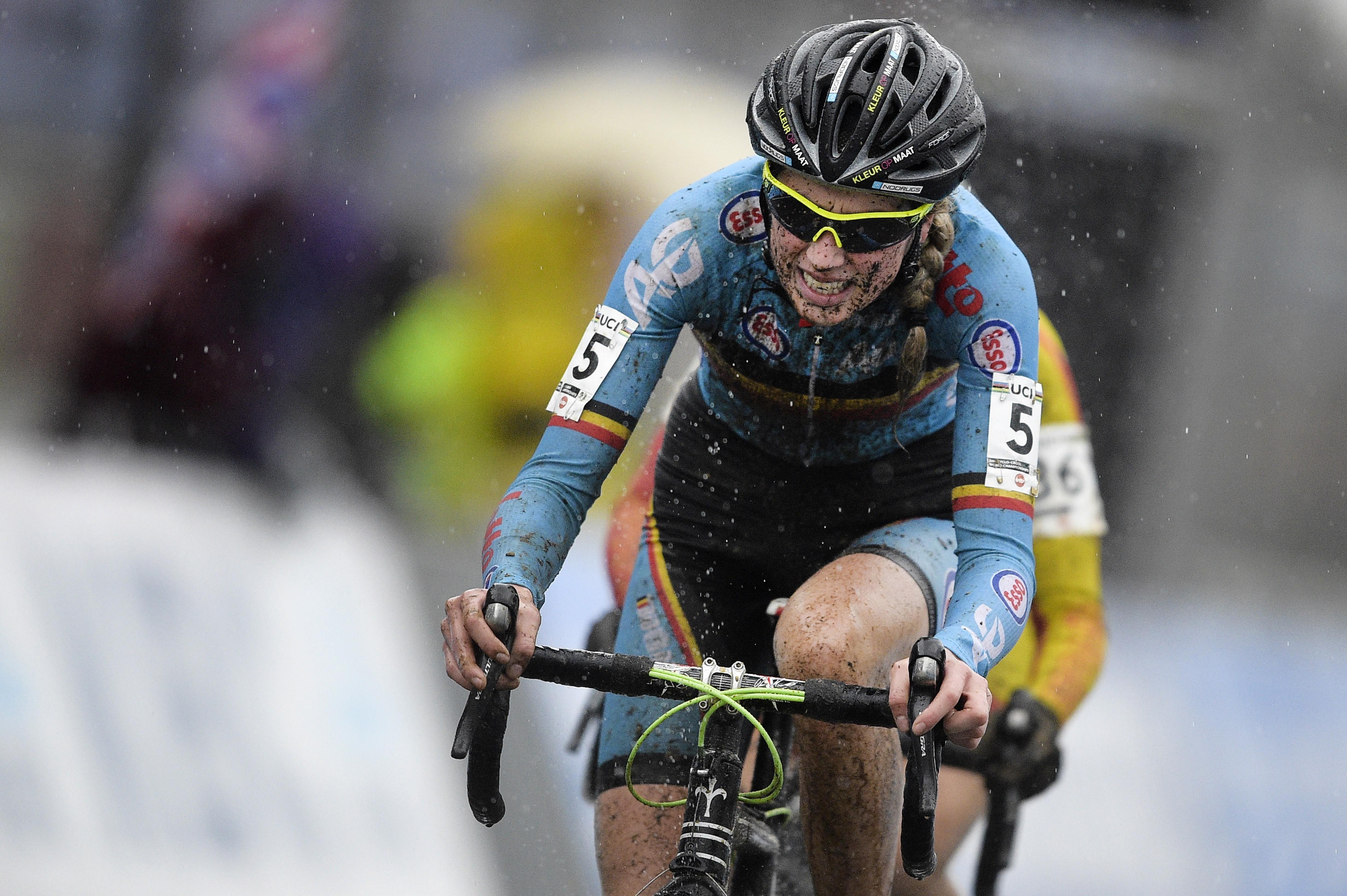 La Belge Femke Van den Driessche, première cycliste convaincue d'avoir utilisé un vélo à moteur, lors des Mondiaux Juniors de cyclo-cross à Heusden-Zolder, le 30 janvier 2016