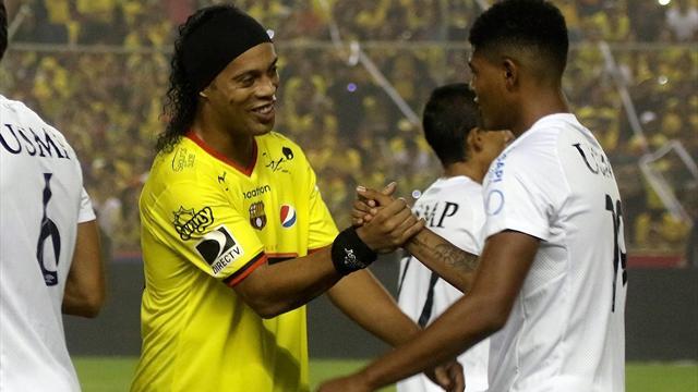 Роналдиньо дал эквадорскому арбитру автограф на желтой карточке во время матча