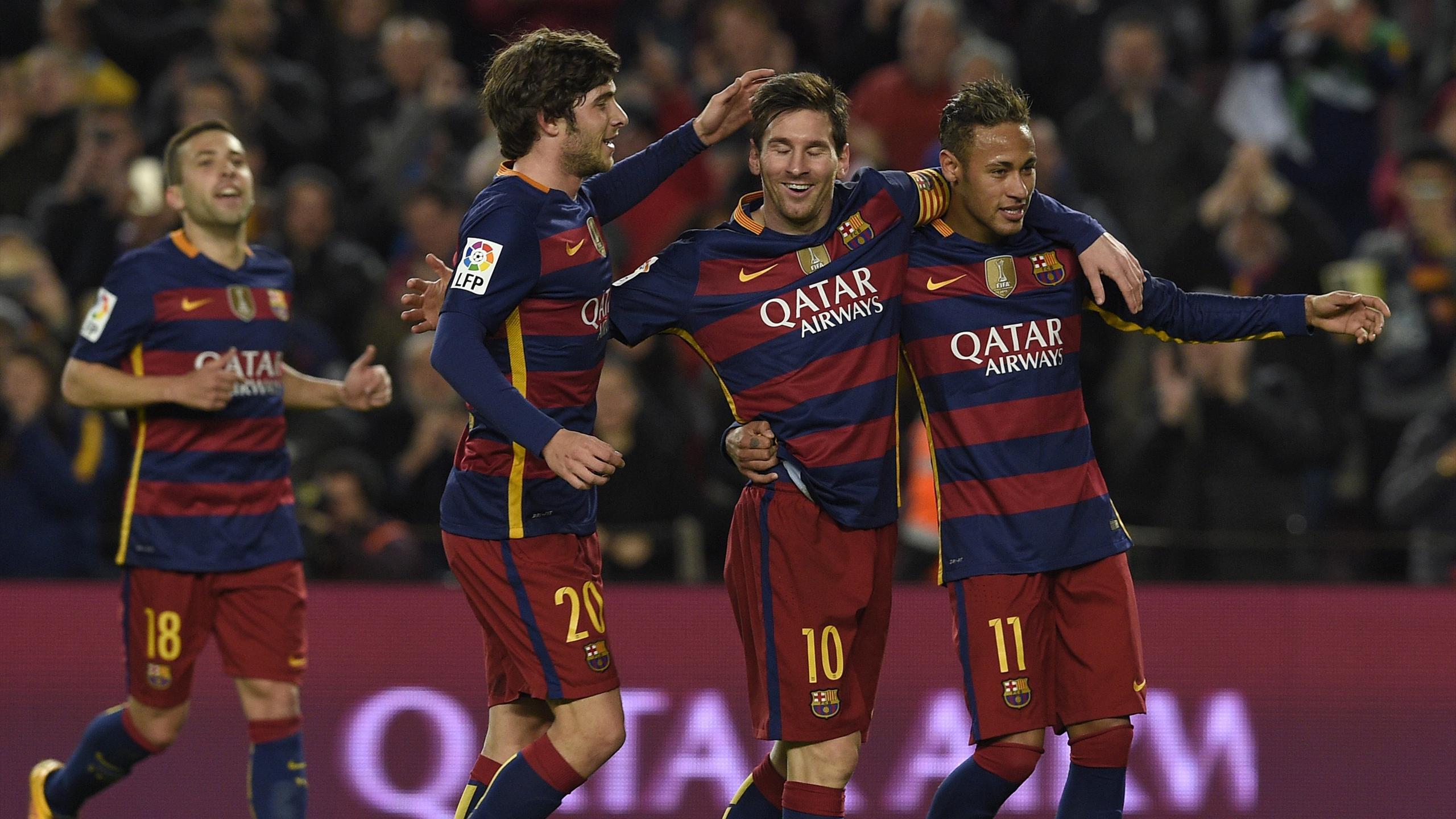 Lionel Messi (FC Barcelone) célèbre avec Sergi Roberto et Neymar son triplé contre Valence