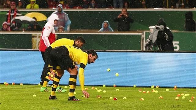 Фанаты «Боруссии» закидали поле теннисными мячами в знак протеста против цен на билеты