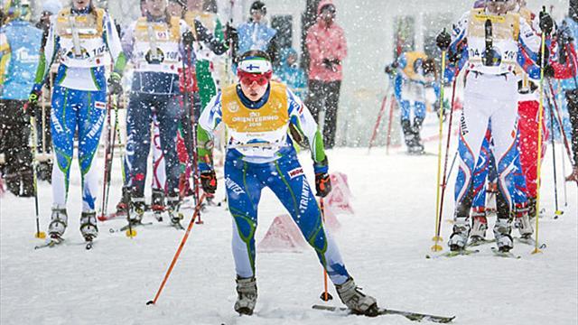 Poursuite sous les chutes de neige au 1er CMU de course d'orientation à ski