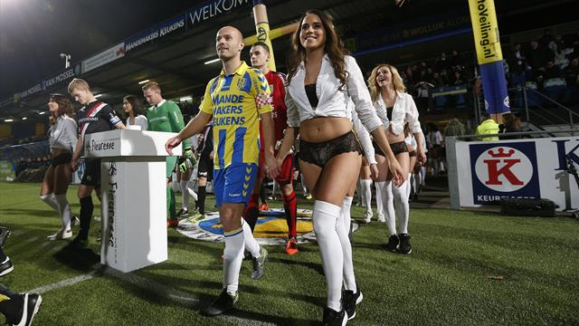 Игроки «Валвейка» вышли на поле с моделями в нижнем белье