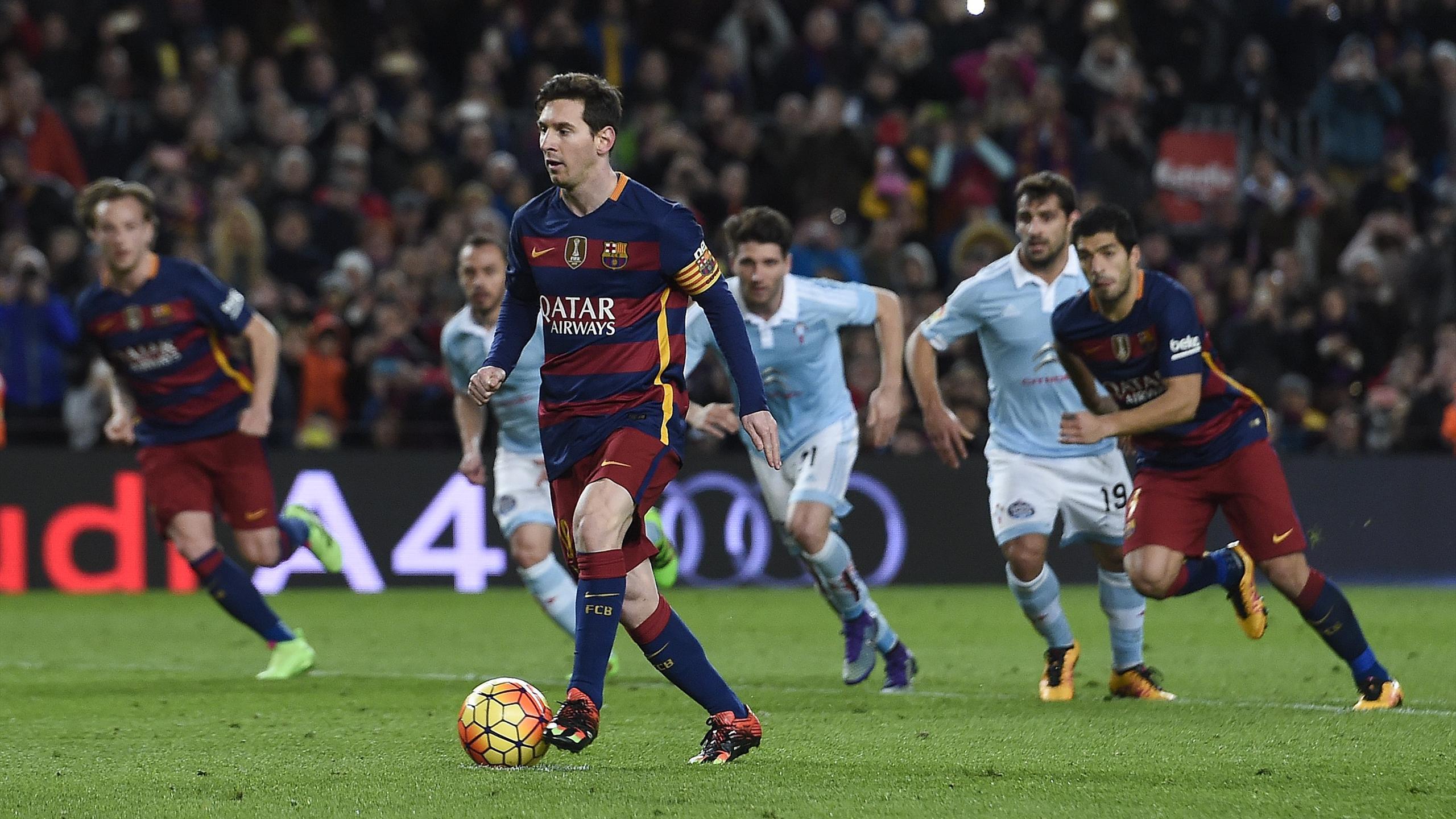 Lionel Messi choisit la passe pour Luis Suarez pour un penalty indirect déjà promis aux annales, le 14 février 2016 lors de FC Barcelone-Celta Vigo (6-1).