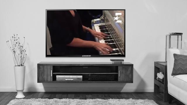 Возняцки вдохновенно сыграла песню Адель на пианино