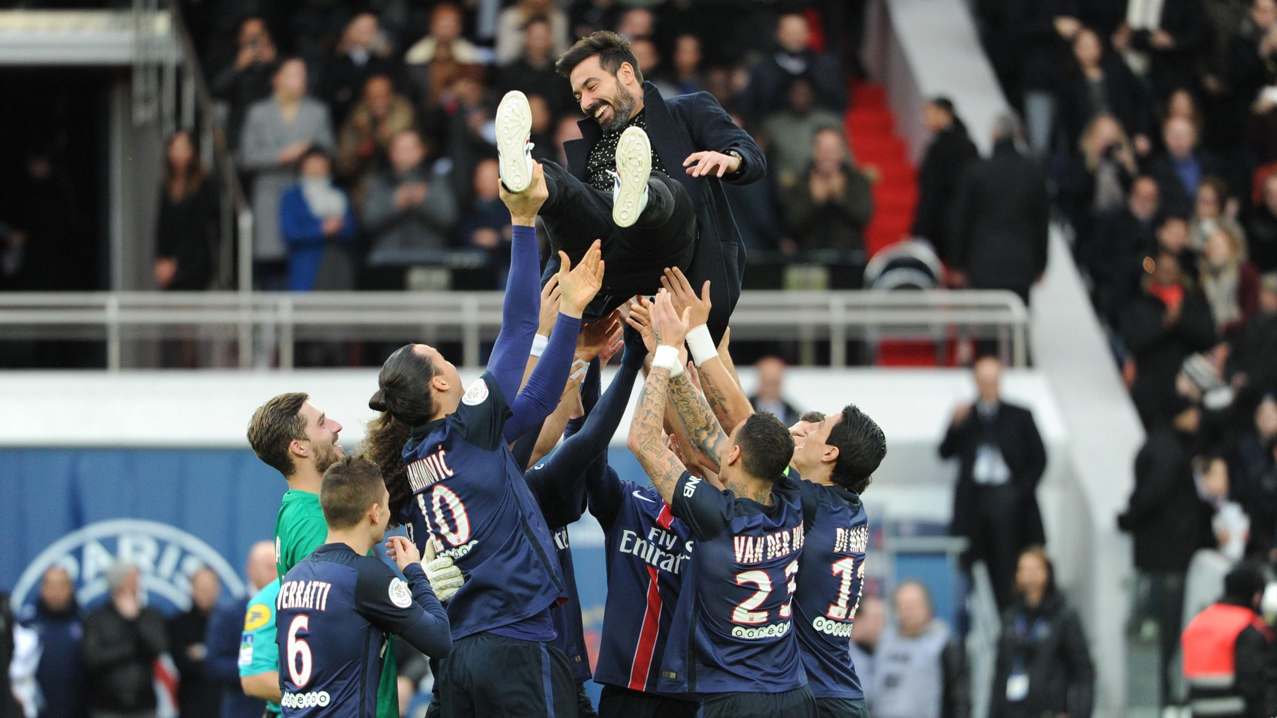 Ezequiel Lavezzi porté en triomphe par ses équipiers du PSG