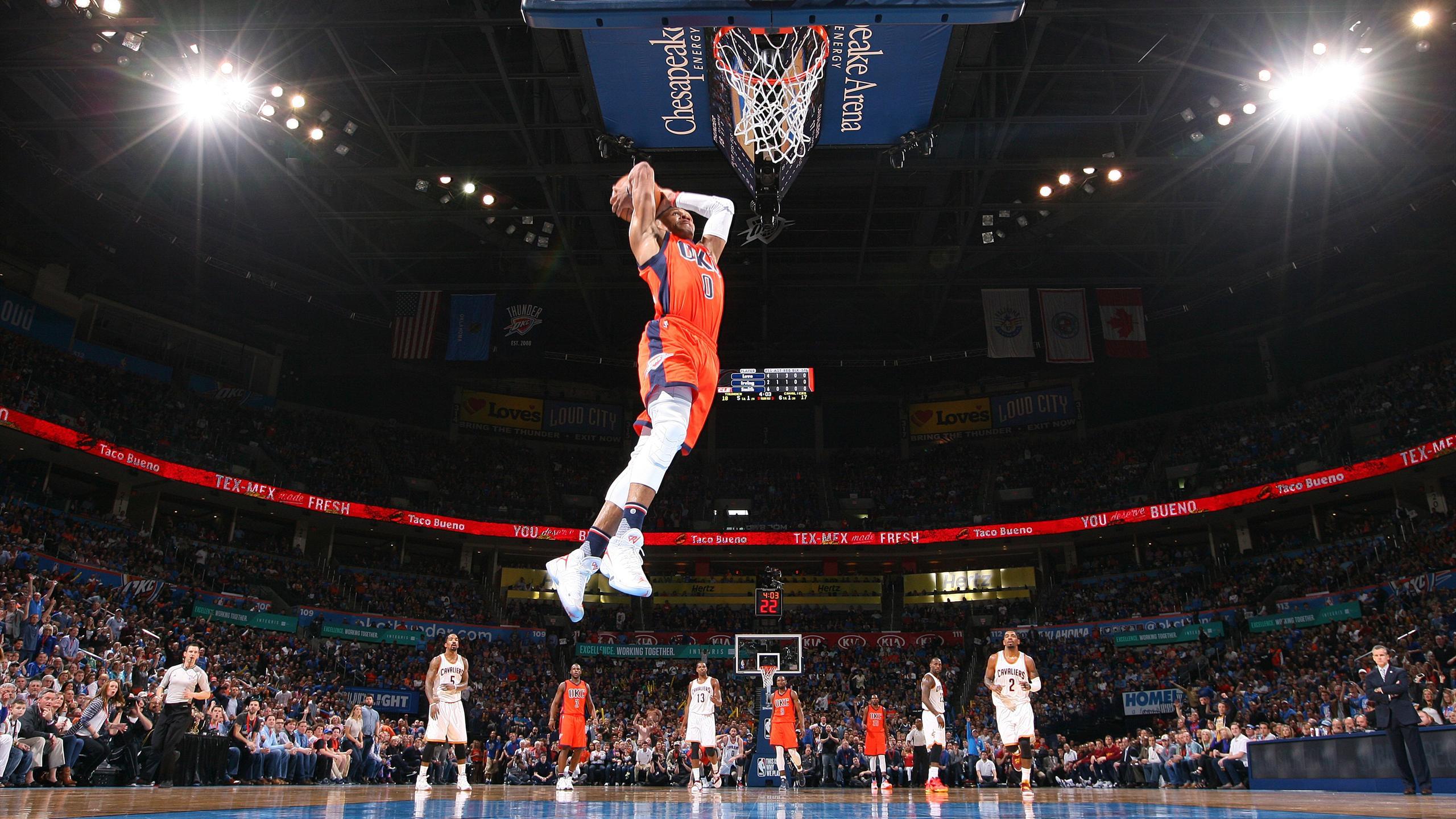 Russell Westbrook (Oklahoma City Thunder) monte au dunk, dimanche 21 février contre les Cavaliers de Cleveland