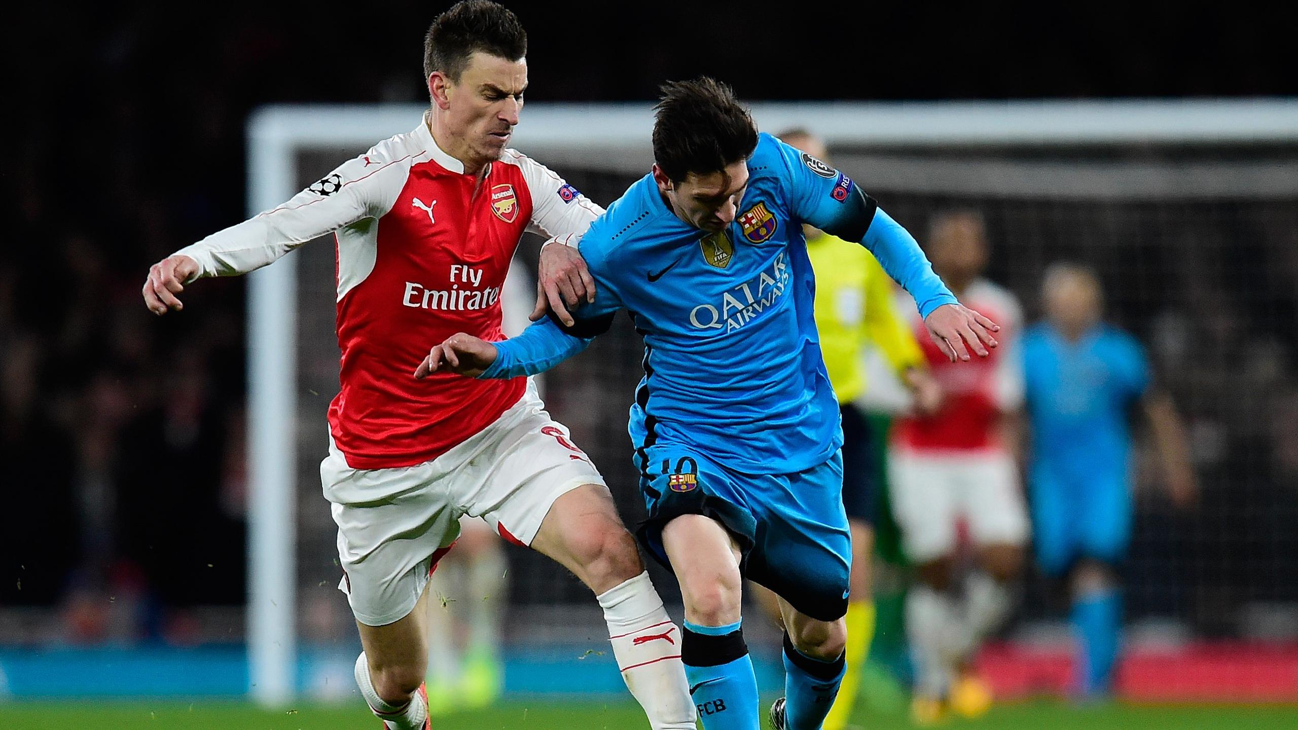 Laurent Koscielny (Arsenal) au duel avec Leo Messi (Barça)