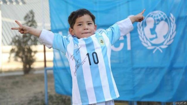 Афганский мальчик получил футболки от Месси