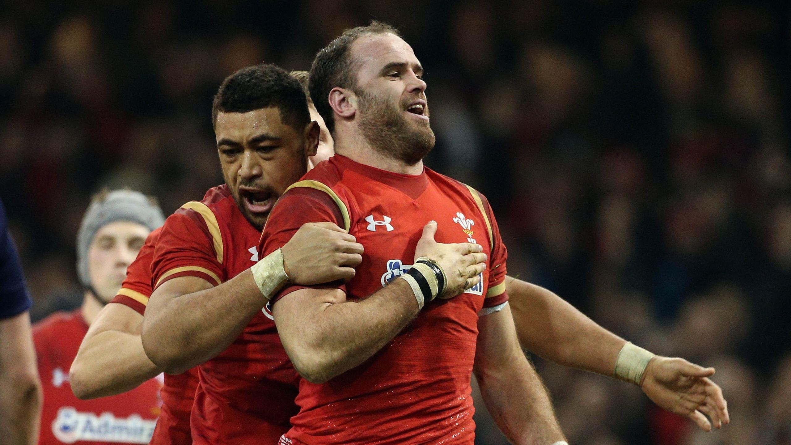 Jamie Roberts (Galles) félicité par Toby Faletau face à l'Ecosse - 13 février 2016