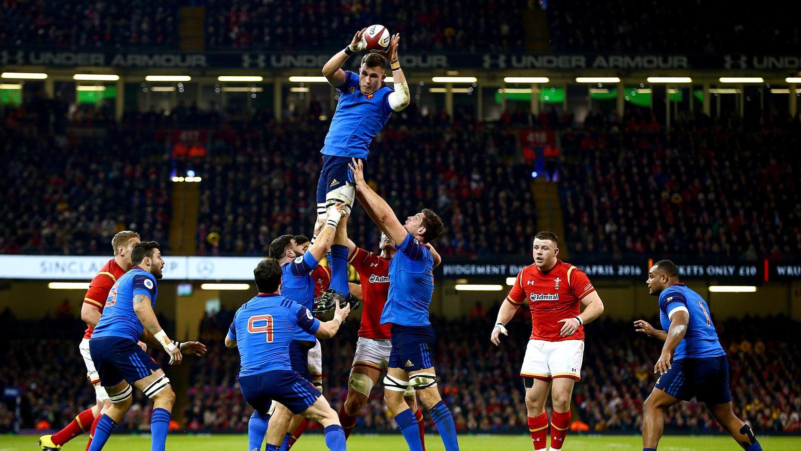 Paul Jedrasiak capte un ballon en touche lors de Galles-France - 26 février 2016