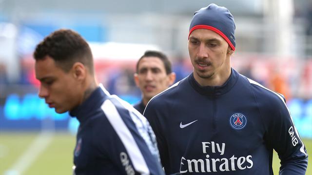 Van der Wiel boude les célébrations du PSG après un accrochage avec Ibrahimovic